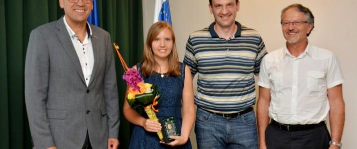 Skupinska slika z nagrajenko, župan Dušan Strnad, Katarina Petra van Midden, podžupan Tomaž Smole in ravnatelj Milan Jevnikar